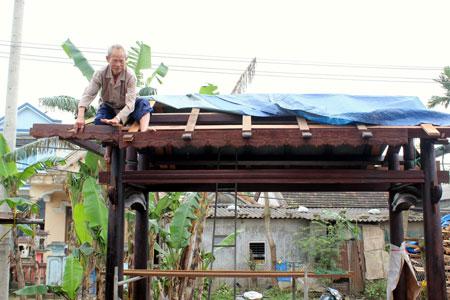 """Dù đã ở tuổi """"xưa nay hiếm"""" nhưng ông Màn vẫn cần mẫn với nghề phục dựng nhà rường cổ."""