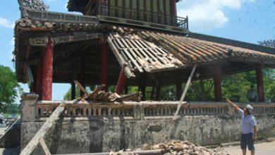 Photo of Sập một góc Phu Văn Lâu trước mặt kinh thành Huế
